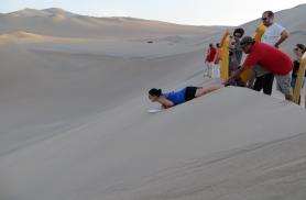 Victoria sõidab Huacachina kõrbes Peruus  liivalauaga hiiglaslikust düünist alla.