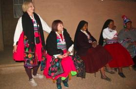 Prouad kohalikes  Peruu riietes kohalikega võistu laulmas2010