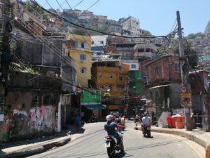 295a04ec0a8 Kohtume ka kooli asutaja ja eestvedajaga ning saame esitada talle favelaelu  ja DJ kooli puudutavaid küsimusi. Kel on soov ka ise midagi nende jaoks  kaasa ...