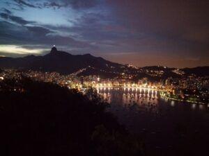 1126ea5a6b3 ... otsa - Suhkrupea mäele, kust avanevad imelised vaated nii Copacabana  kui Ipanema rannale, jahisadamale ja kesklinnale. Vaatame seal  päikeseloojangut.